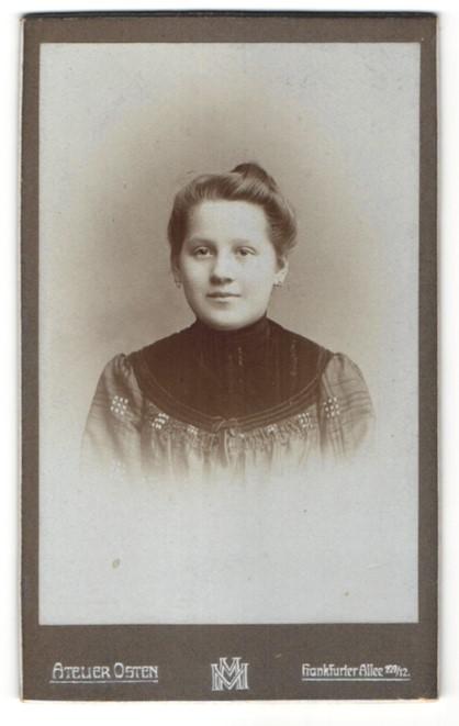 Fotografie Atelier Osten, Berlin, Portrait Mädchen mit zusammengebundenem Haar