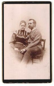 Fotografie unbekannter Fotograf und Ort, Portrait Eheleute in zeitgenöss. Kleidung