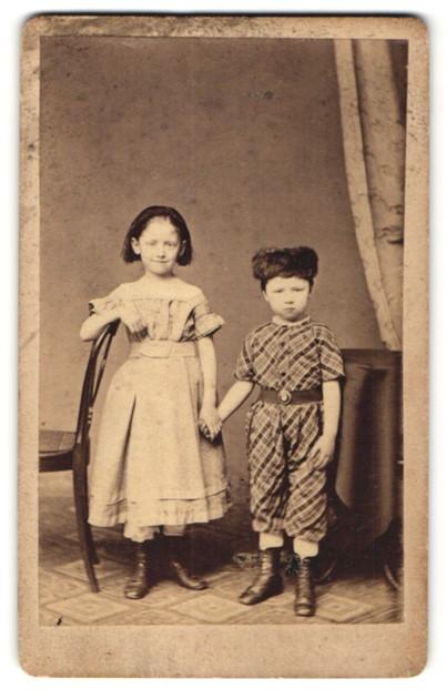 Fotografie Heinr. Daseking, Oldenburg, Portrait Bub und Mädchen in zeitgenöss. Kleidung