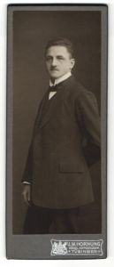 Fotografie J. W. Hornung, Tübingen, Portrait junger Herr in Anzug