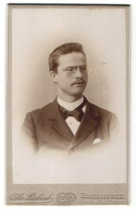 Fotografie Otto Liebert, Holzminden, Portrait Herr mit Bürstenhaarschnitt und Zwicker