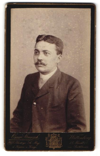 Fotografie Oscar Strensch, Wittenberg, Portrait junger Herr mit Mittelscheitel