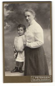 Fotografie J. Petersen, Halle a/S, Portrait Grossmutter und Enkel, Dame und Kleinkind