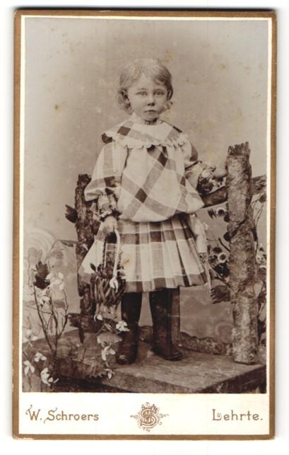 Fotografie W. Schroers, Lehrte, Portrait Kind in kariertem Kleid