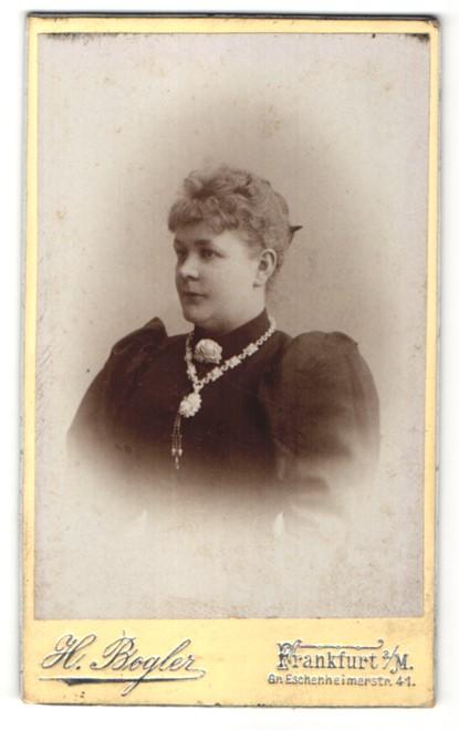 Fotografie H. Bogler, Frankfurt a/M, Portrait Dame mit Schmuck