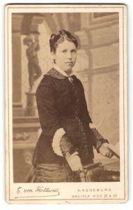Fotografie E. von Flottwell, Magdeburg, Portrait junge Frau in festlicher Kleidung