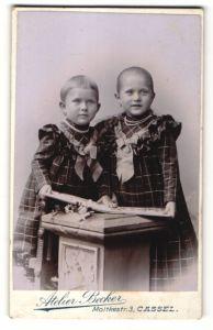 Fotografie Atelier Becker, Cassel, Portrait zwei kleine Mädchjen in identischen Kleidern, Schwestern