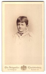 Fotografie Otto Seligmüller, Berlin-Charlottenburg, Portrait Kind mit kurzem braunem Haar
