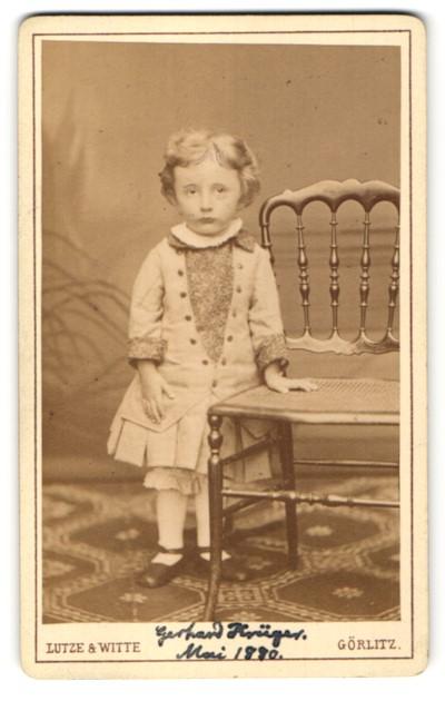 Fotografie Lutze & Witte, Görlitz, Portrait Kleinkind in festlicher Kleidung