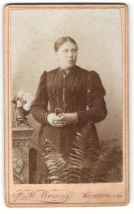 Fotografie H. Al. Wenning, Wasserburg a/Inn, Portrait junge Frau in festlicher Kleidung