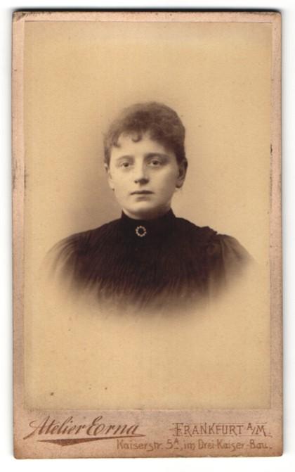 Fotografie Atelier Erna, Frankfurt a/M, Portrait junge Frau mit zusammengebundenem Haar