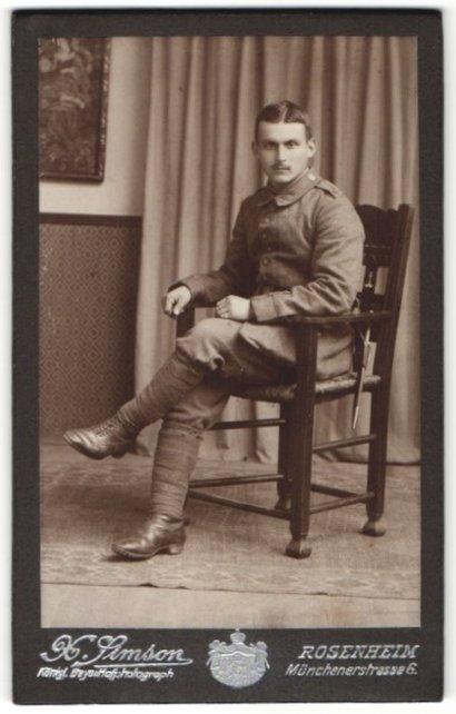Fotografie X. Simson, Rosenheim, Portrait Soldat in Feldgrau mit Wickelgamaschen, Schulterklappe 3 MG