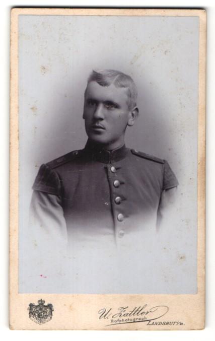 Fotografie W. Zattler, Landshut i/B, Portrait Soldat mit Schwalbennestern, Schulterklappe 16