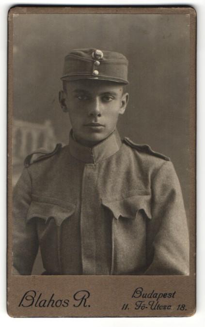 Fotografie R. Blahos, Budapest, Portrait Soldat mit Schirmmütze