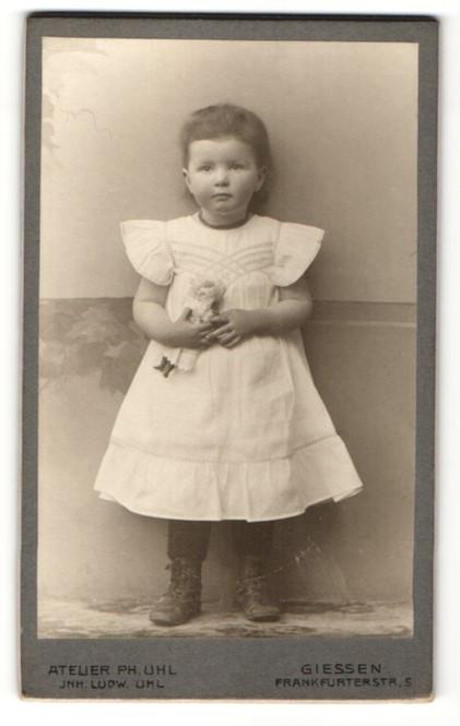 Fotografie Ph. Uhl, Giessen, Portrait kleines Mädchen in Kleid mit Puppe