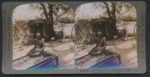 Stereo-Fotografie American Stereoscopic Co., Hindu Fakir auf Nagelbett in Indien