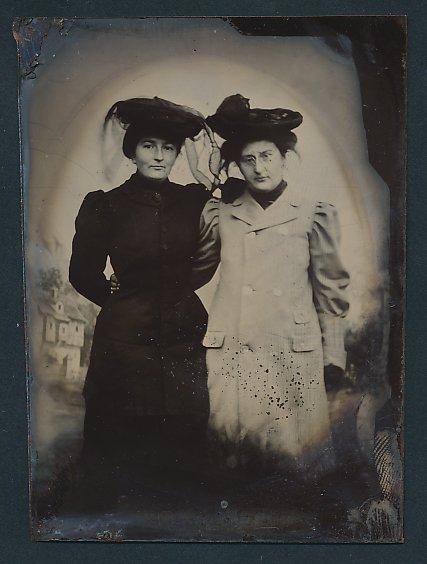 Fotografie Ferrotypie Damen tragen modische Hüte mit Schleier