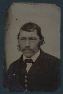 Fotografie Ferrotypie Portrait Mann im Anzug mit Fliege