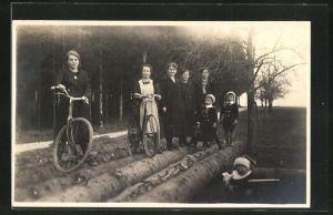 Foto-AK Mädchen mit Fahrrädern und Mütter mit Kindern
