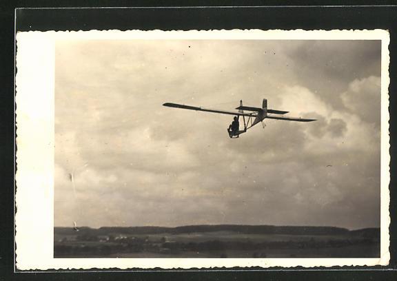 Foto-AK Leichtes Segelflugzeug über einer Landschaft
