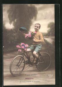 AK Kleiner Gratulant mit Blumen grüsst vom Fahrrad
