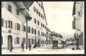 AK Mittenwald, Hotel zur Post mit Passanten und Wohnhäusern