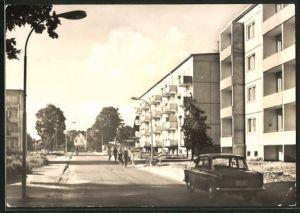 AK Löcknitz / Kr. Pasewal, Schulzenstrasse mit Wohnhäusern und Passanten