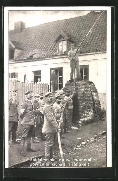 AK Soldaten als freiwillige Feuerwehr-Spritzmannschaft beim Löschen eines Brandes