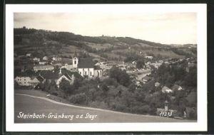 Foto-AK Steinbach-Grünburg, Totalansicht von Anhöhe mit Kirche und Umgebung