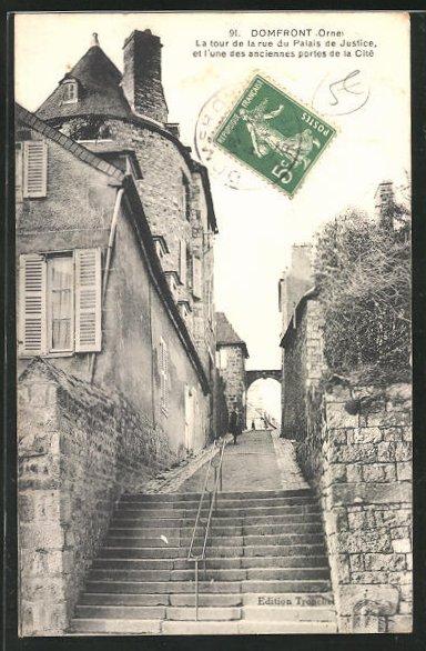 AK Domfront, La tour de la rue du Palais de Justice et l'une des anciennes portes de la Cite