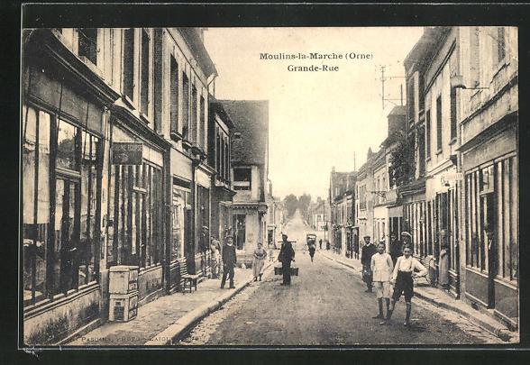 AK Moulins-la-Marche, Vue dans la Grande Rue