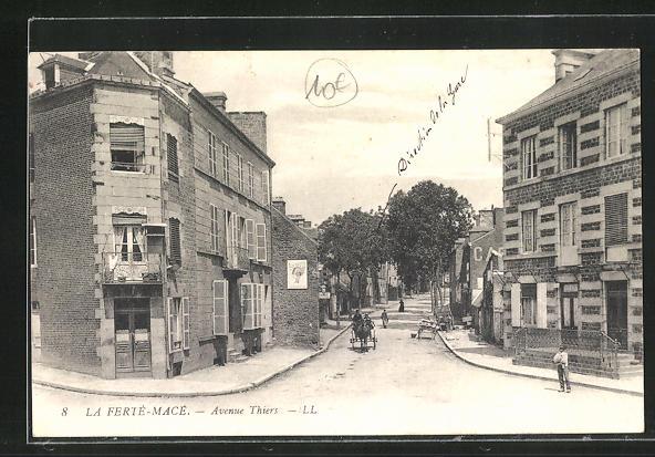 AK La Ferte-Mace, Avenue Thiers avec Maisons