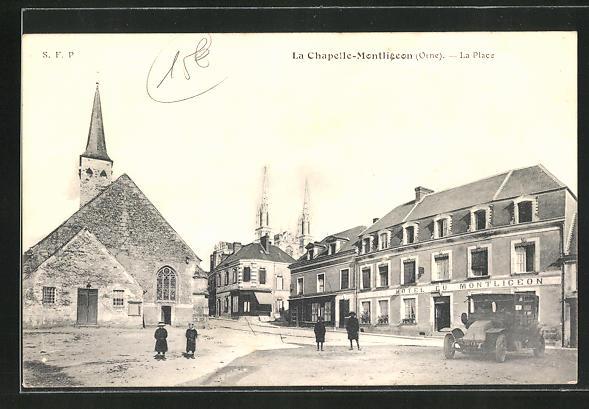 AK La Chapelle-Montligeon, La Place et Eglise