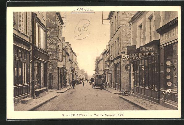 AK Domfront, Rue du Marechal Foch et boutiques