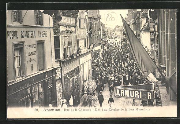 AK Argentan, Rue de la Chausee, Defile du Cortege de la Fete Mutualiste