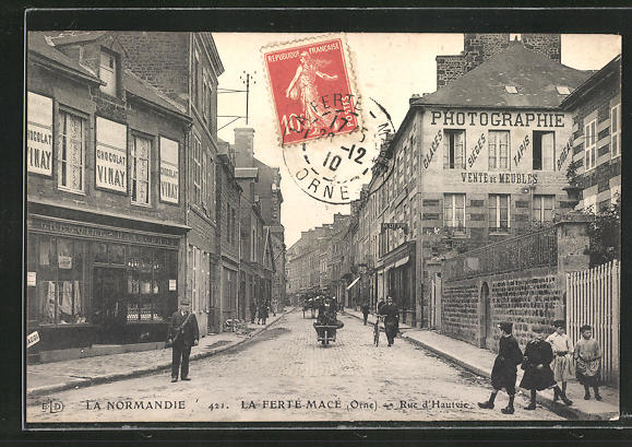 AK La Ferte-Mace, Rue d'Hautvie, Strassenpartie