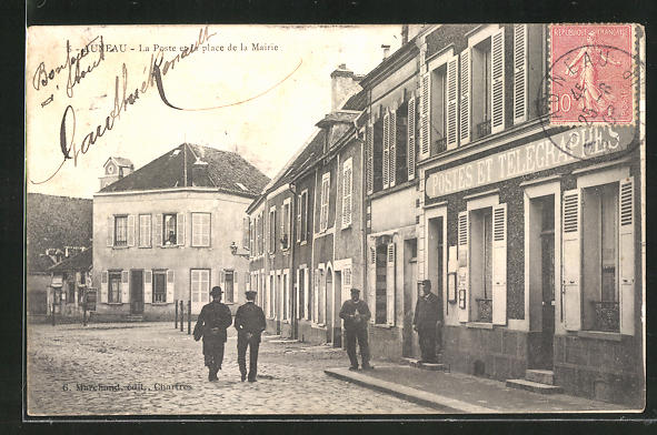 AK Auneau, La Poste et la place de la Mairie