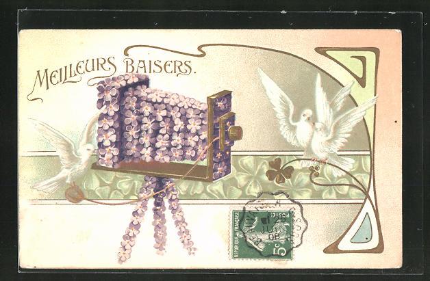 AK Blumenbild, Mit Veilchen verzierter Fotoapparat, Glücksklee-Ornamentik und weisse Tauben