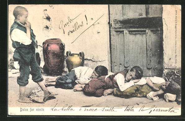 AK Neapel / Napoli, Junge betrachtet die schlafenden Kameraden an der Hauswand, Dolce far niente