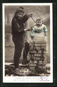 AK Junger Schornsteinfeger zieht ein Baby aus dem Kamin