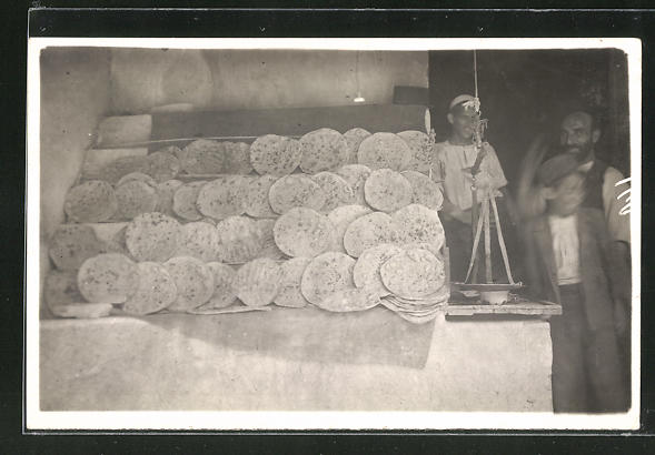 Foto-AK Arabische Bäcker verkaufen Fladenbrot