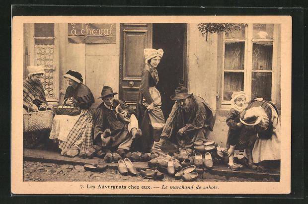 AK Frauen probieren Schuhe vor dem Haus des Schuhmachers an