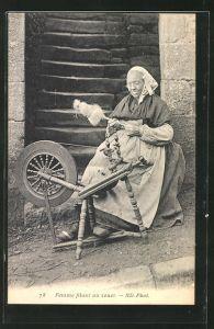 AK Frau sitzt am Spinnrad vor ihrem Haus