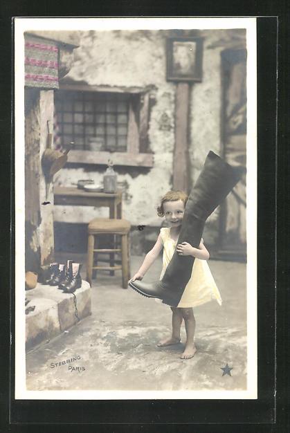 AK Kleines Mädchen trägt einen grossen Stiefel in der Schuhmacher-Werkstatt