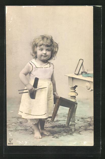 AK Kleines Mädchen mit Ondulierzange und Kamm