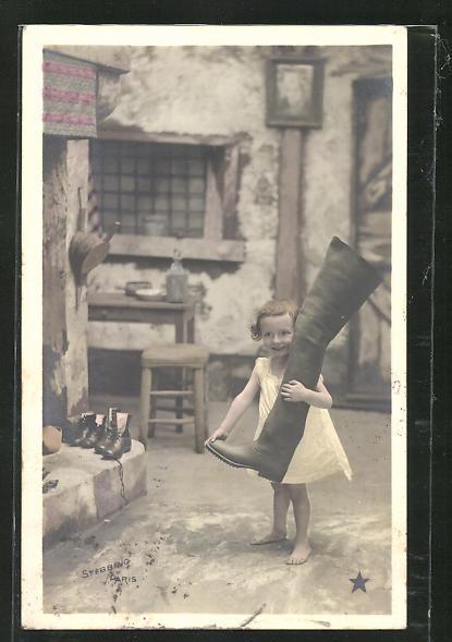 AK Mädchen hält einen Stiefel mit langem Schaft