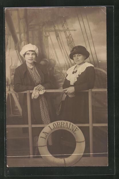 Foto-AK La Lorraine, zwei junge Damen an Bord eines Schiffes, Studiokulisse