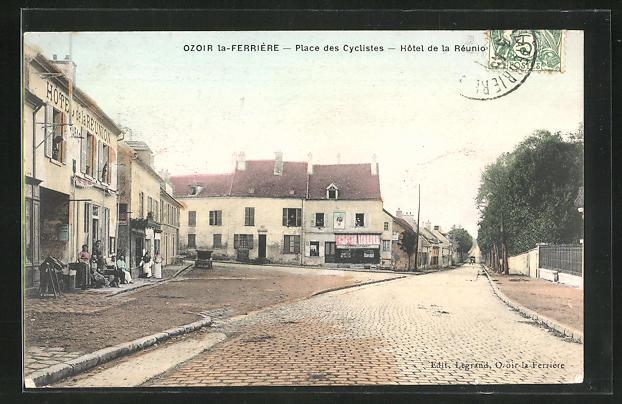 AK Ozoir la-Ferriere, Place des Cycliste, Hotel de la Reunion
