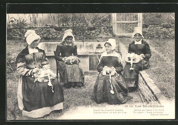 AK En Auvergne, Les Dentellierres, Gracio on d`ecquèlos dontèlos..., junge Frauen in Tracht beim Klöppeln