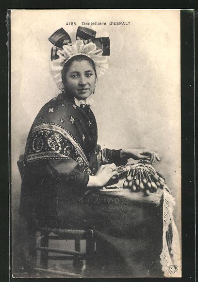 AK Espaly, Frau in Tracht bei einer Klöppel-Handarbeit 0